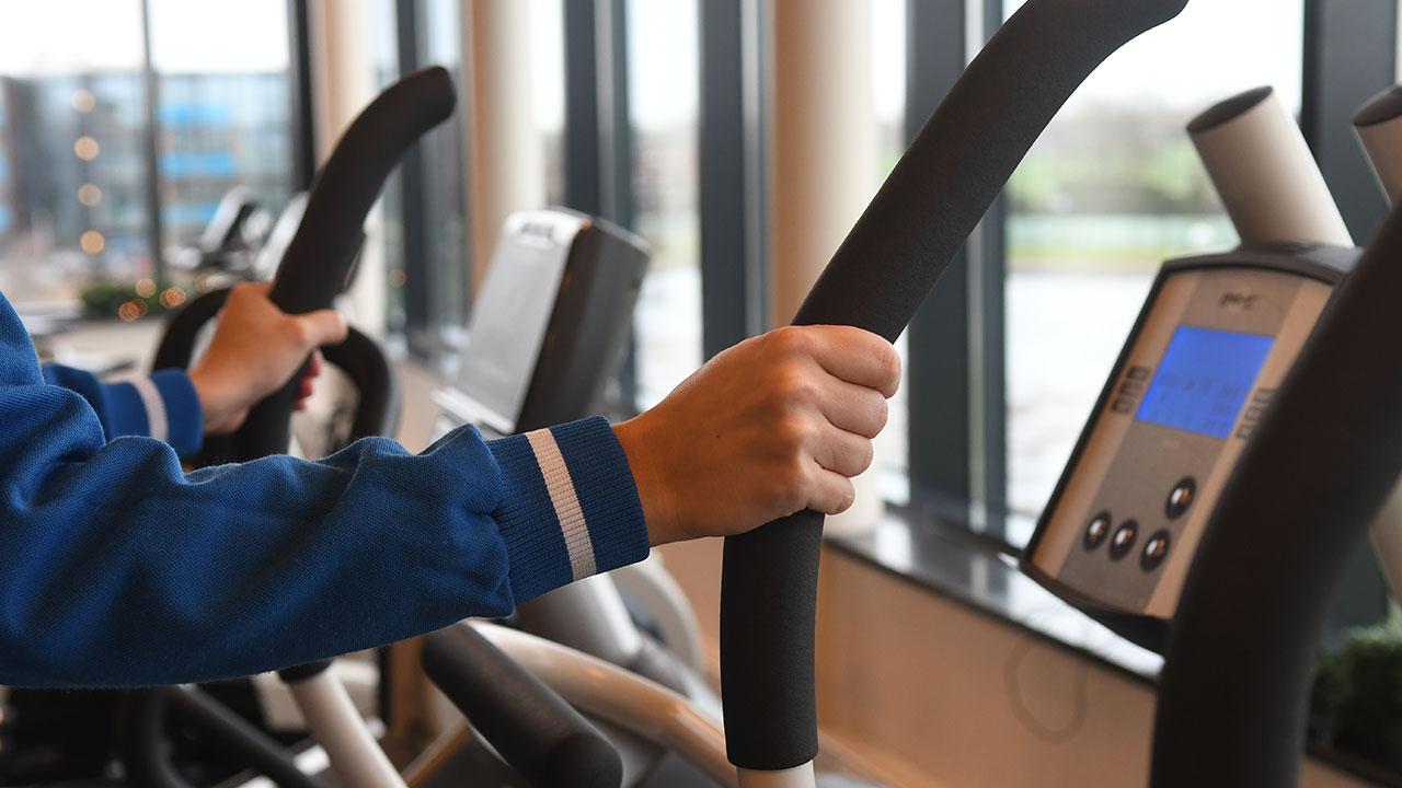 Foto van handen op een fitnessapparaat